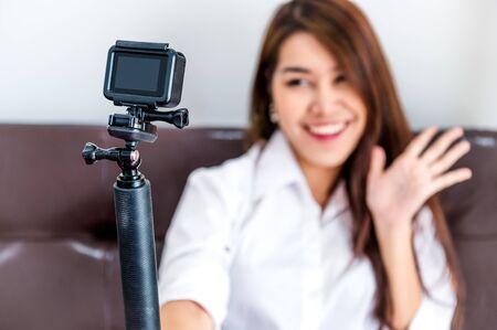 Primo piano di action camera con blogger creatore di contenuti digitali professionale che registra clip di presentazione di video blog da caricare sul sito Web come coach e tutor per creare vlog popolari e master class