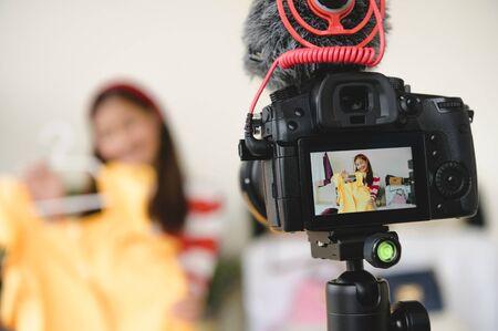 Vidéo de film d'appareil photo numérique DSLR professionnel en direct avec un fond d'interview de blogueur vlogger. Femme coachant le commerce et l'examen des produits vestimentaires. Cours de formation à la présentation d'entreprise. Mode de vie des gens