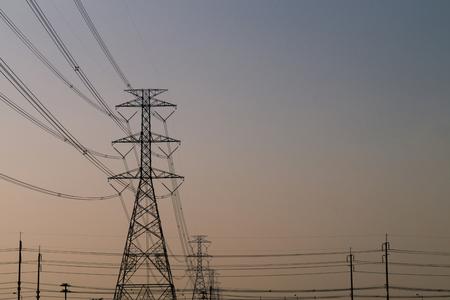 torres de alta tension: Las torres de electricidad y las líneas al atardecer. Foto de archivo