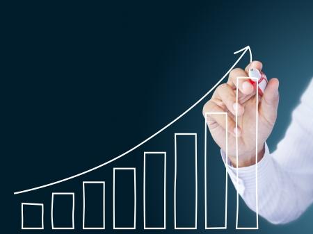 verhogen: zakenman de hand tekenen van een grafiek