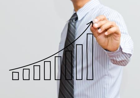 Homme d'affaires de dessiner un graphe de croissance