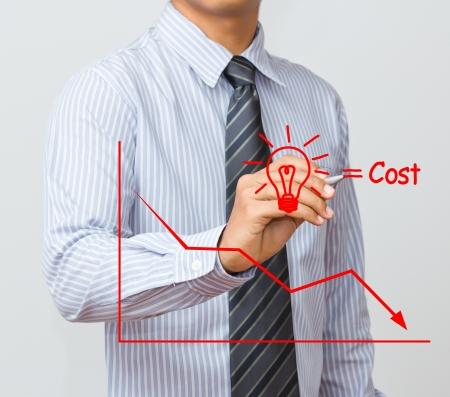 zakenman schrijven kostenreductie begrip Stockfoto