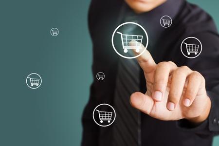 tiếp thị: Người đàn ông kinh doanh cách nhấn biểu tượng giỏ mua sắm