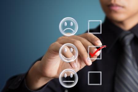 satisfaction client: homme d'affaires case � cocher bonne humeur
