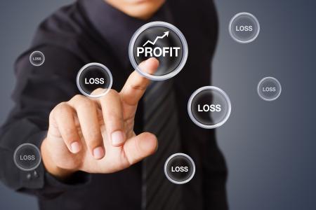 perdidas y ganancias: Empresario Beneficio pulsando el botón Foto de archivo