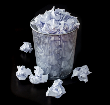 cesto basura: oficina de basura con cesta metálica