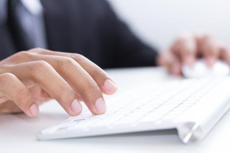 teclado: las manos del hombre escribiendo en el foco del teclado selectiva