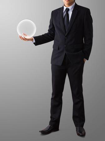 Geschäftsmann Hand hält eine Glaskugel Standard-Bild