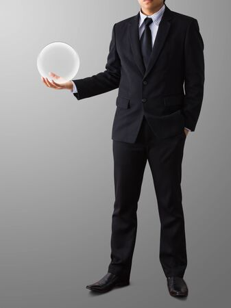 homme d'affaires main tenant une boule de verre Banque d'images