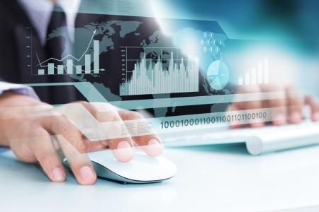 高い技術力のシンボルとして人間の手とコンピューターのキーボード