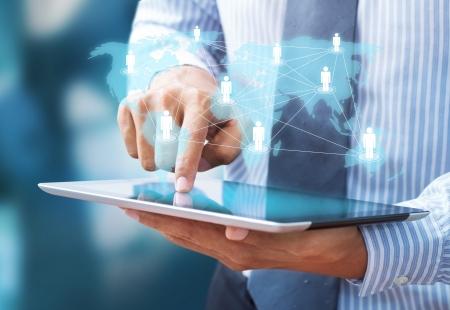 interaccion social: hombre de negocios que usa el ordenador tableta muestra a internet y la red social como concepto