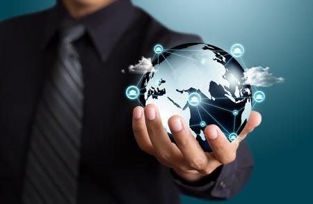 holding globe: Gli uomini d'affari in possesso di social network con il globo Archivio Fotografico