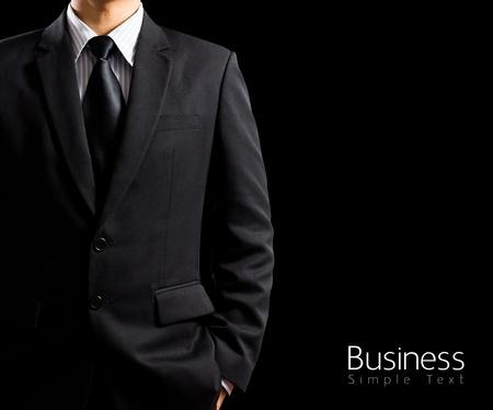 黒の背景上のスーツのビジネスマン