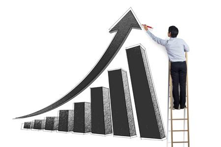 climbing stairs: Hombre de negocios de pie en la escalera curva de crecimiento de dibujo en la pared