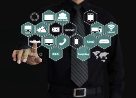 クラウド コンピューティングのダイアグラムに触れる実業家