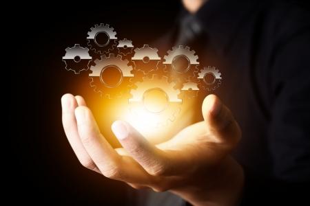 industrial engineering: mano empresario espect?lo de engranajes para el ?to como concepto Foto de archivo