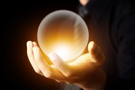 ocultismo: La mano del hombre de negocios la celebraci�n de una bola de cristal