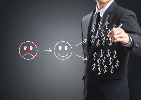 cash in hand: Hombre de negocios por escrito concepto de inversi�n