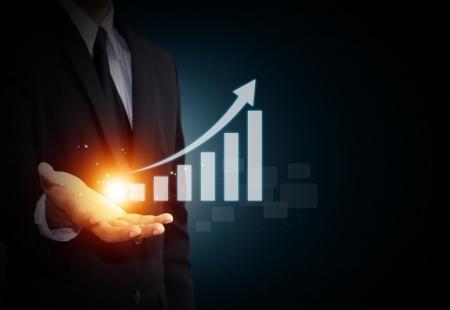 crisis economica: Mano que sostiene una flecha ascendente, que representa el crecimiento del negocio