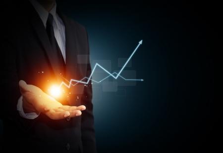 손을 비즈니스 성장을 나타내는 상승 화살표를 들고