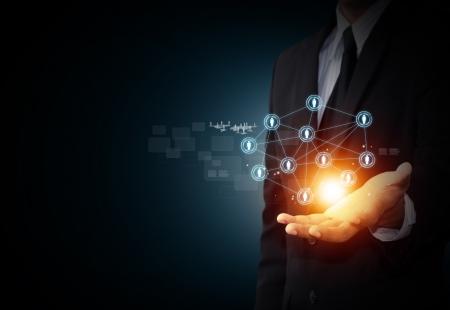 社会的ネットワークの仮想アイコンを持っている男性の手