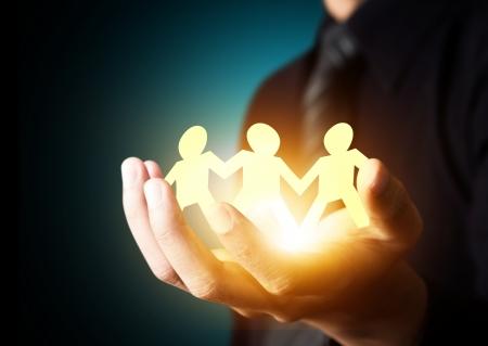 Papier familie in de hand, verzekerings concept Stockfoto