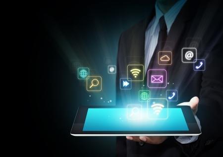 다채로운 응용 프로그램 아이콘의 구름과 스크린 태블릿 터치