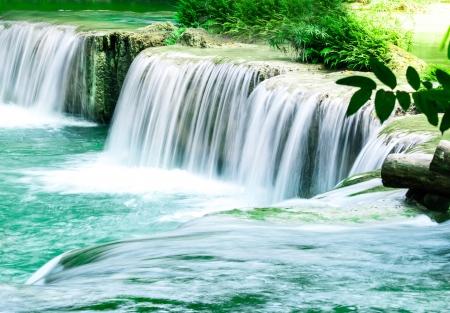Tiefer Wald Wasserfall in Thailand