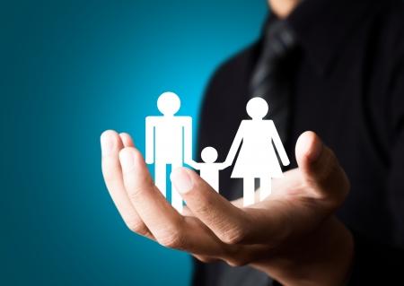 家族の抽象的な男性の手で、保険の概念