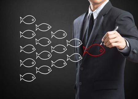 Pescados del dibujo del hombre de negocios en concepto de liderazgo de grupo Foto de archivo