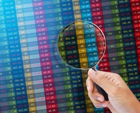 Suche der Aktienmarkt auf einem Monitor Finance Daten Konzept