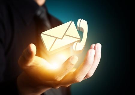 Neem contact met ons symbool in zakenman de hand, pictogram E-mail Stockfoto