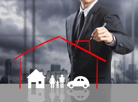 soñar carro: Hombre de negocios que drena concepto de seguro