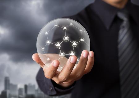 水晶玉でソーシャル ネットワークを保持しているビジネス人々