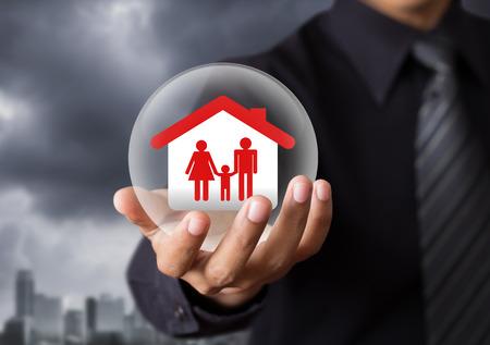 Accueil dans la boule de cristal, le concept de l'assurance vie Banque d'images - 25970381