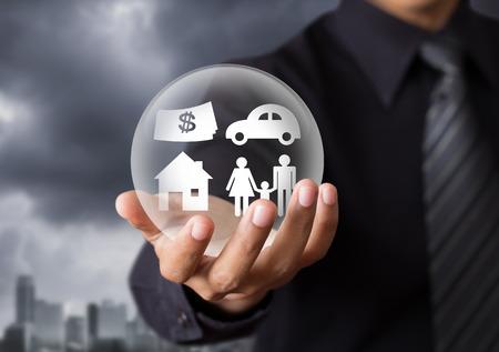 защита: страхование в хрустальный шар, страхование жизни концепции Фото со стока