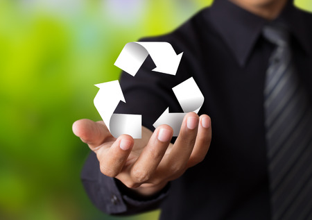 reciclar: Signo de reciclaje de papel en la mano hombre de negocios