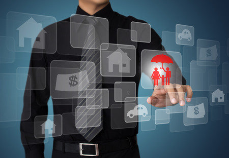 Homme d'affaires appuyant sur le bouton de l'assurance sur les écrans virtuels, Internet et le concept de réseau Banque d'images - 26540822
