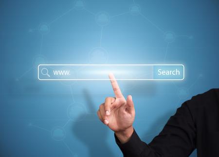 ビジネス手インターネット技術概念検索ボタンを押す