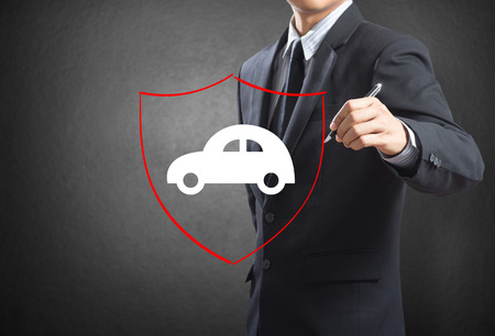Business man drawing shield protecting auto car, insurance concept Stockfoto