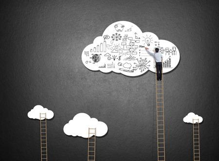 사업가 등반 사다리 구름에 아이디어를 그리기