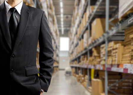 sala parto: Uomini d'affari in Warehouse preparazione goodsfor spedizione