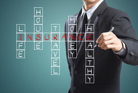 planificacion familiar: El hombre de negocios de seguros de vida de escritura, seguro de casa, seguro de hogar, seguro de viaje, seguro de salud Foto de archivo