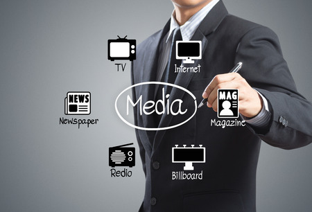 conexiones: Hombre de negocios dibujo diagrama de medios Iconos
