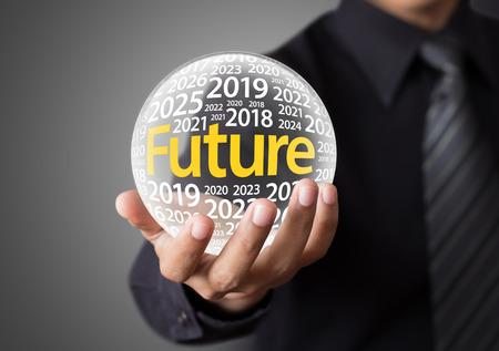 future vision: Empresario la celebraci�n de una bola de cristal, la predicci�n del futuro.