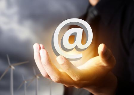 実業家の手のアイコンにメール、お問い合わせ 写真素材 - 37146992