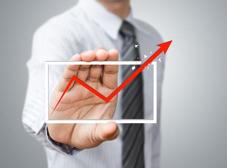 Mano que sostiene una flecha ascendente, lo que representa el crecimiento del negocio.