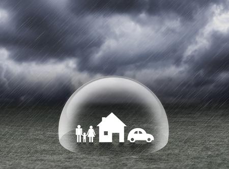 blindaje protector casa, el coche y la familia bajo la lluvia, el concepto de seguro Foto de archivo