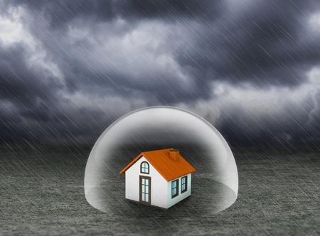 sotto la pioggia: scudo che copre a casa sotto la pioggia, concetto di assicurazione