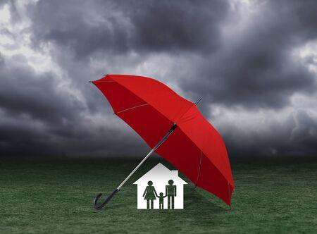 rode paraplu voor thuis en gezin onder regen, verzekering concept